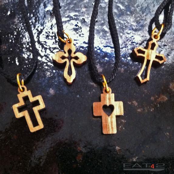 Collier pendentif cruciforme en bois d'olivier avec beau grain naturel