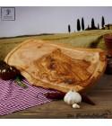 Planche de service, forme naturelle, accompagnée d'une rainure de jus en bois d'olivier